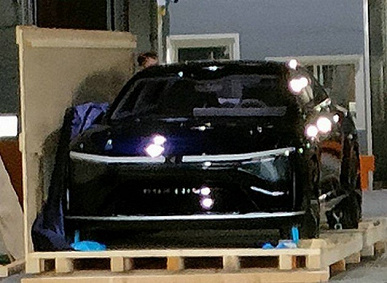 Apple's main partner enters the automotive market before the Cupertines.  The first Foxconn Foxtron car lit up in the photo