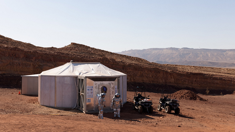 The mission to simulate life on Mars has started: six people will live a month in spacesuits in the Israeli desert